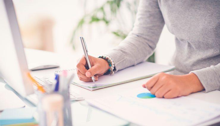 Kontakta Nacka Företagarträff – Hand som skriver kontaktinformation