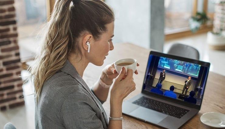 Kvinna tittar på sin dator när hon anmält sig till Nacka Företagarträff Digital