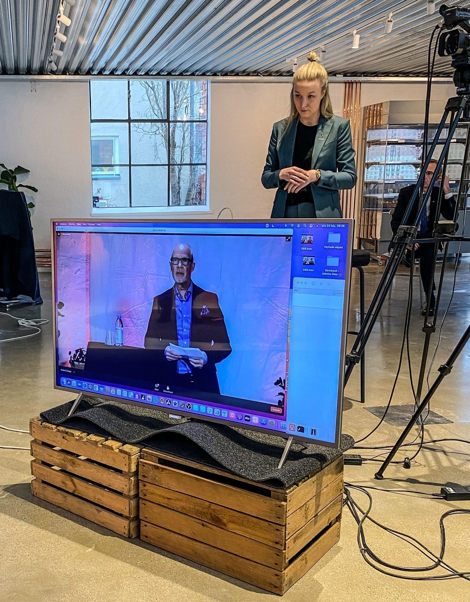 Amanda Svensson bakom en skärm med Mats Gerdau