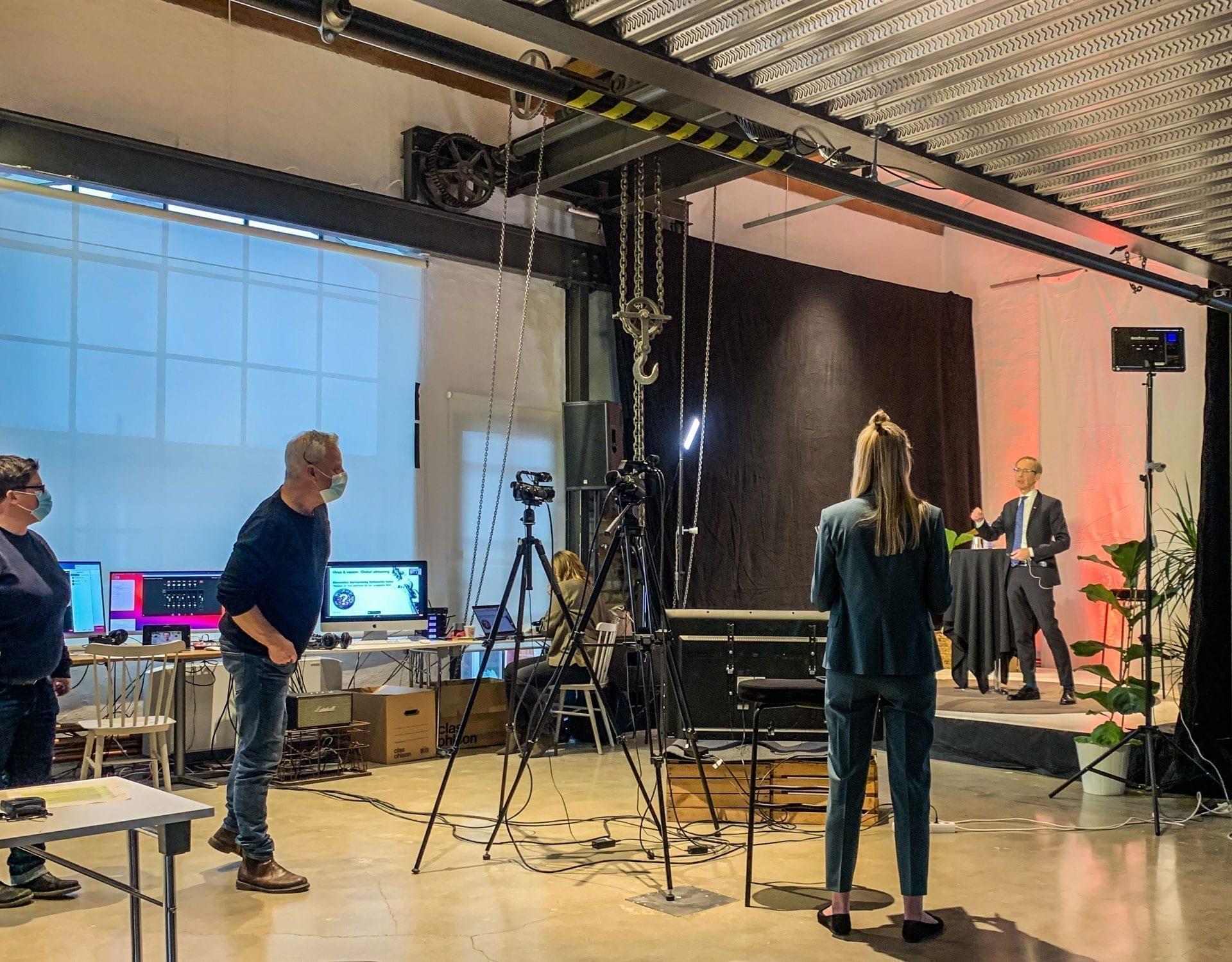 Överblicksbild på Nacka Företagarträff med Robert Bergqvist på scen