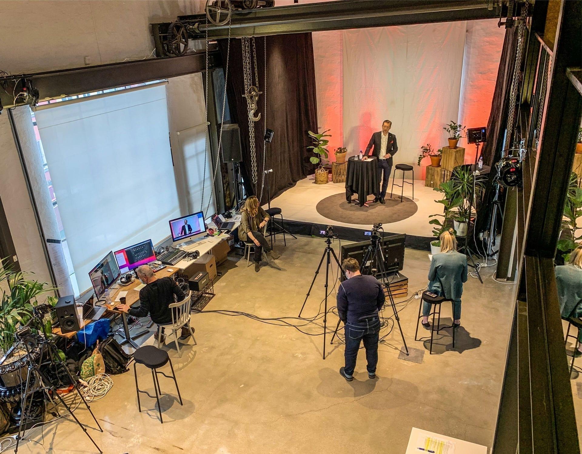 Överblicksbild från Nacka Företagarträff med Günther Mårder på scen
